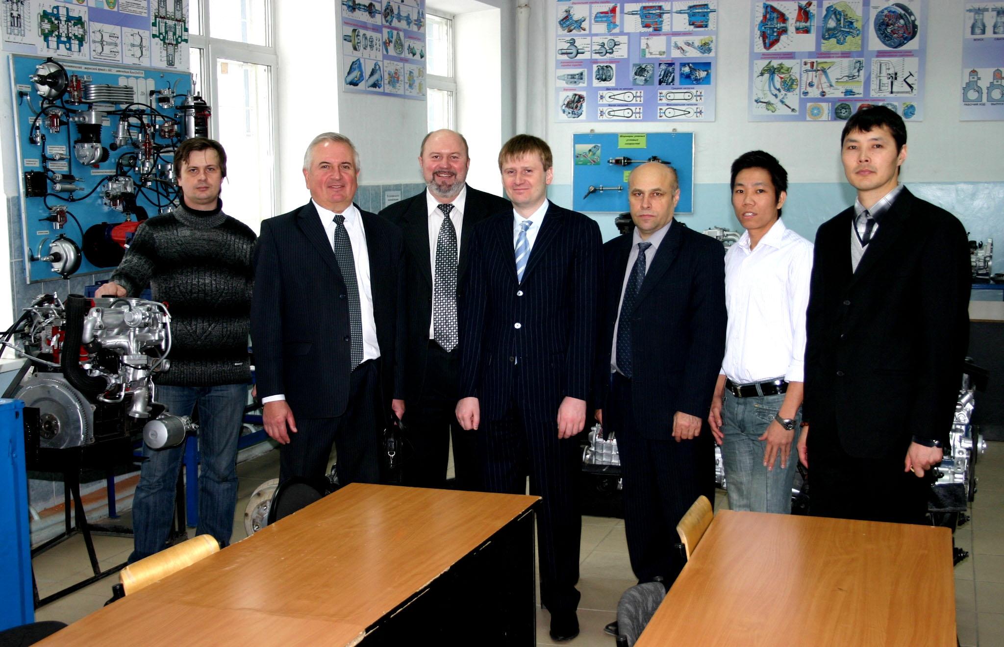 Ректор и проректор МГМУ «МАМИ» в лаборатории кафедры «Автомобильный транспорт»